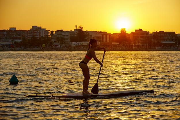 Sup aufstehen surf girl mit paddel