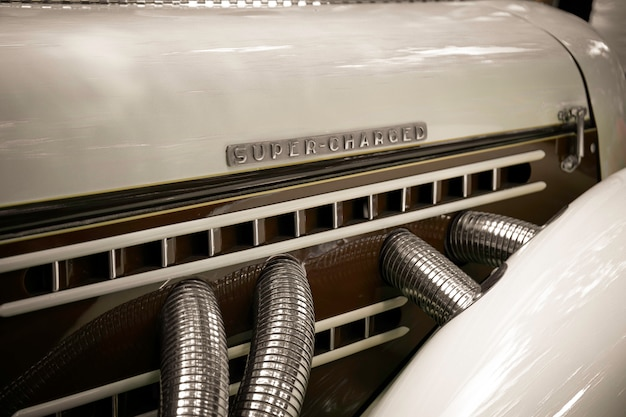 Super aufgeladen. retro motor mit den worten super aufgeladen.