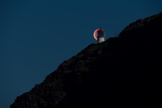 Super blood wolf moon verdunkelte sich hinter dem makapuâu-leuchtturm in honolulu, hawaii
