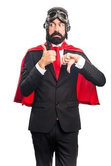 Super held geschäftsmann macht gut-schlechtes zeichen