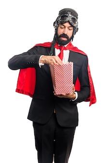 Super helden geschäftsmann essen popcorns