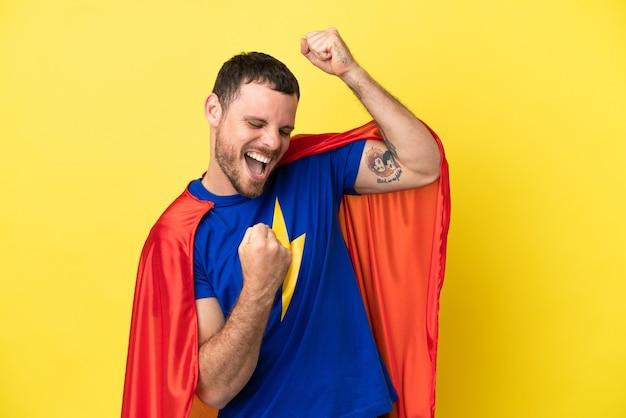 Super hero brasilianer isoliert auf gelbem hintergrund einen sieg feiernd celebrating