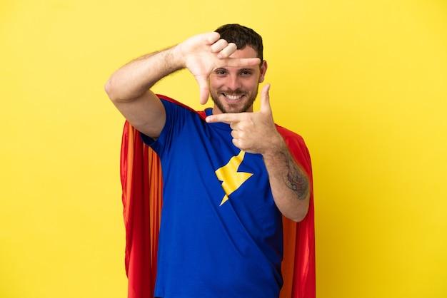 Super hero brasilianischer mann auf gelbem hintergrund mit fokussierung gesicht isoliert. rahmensymbol