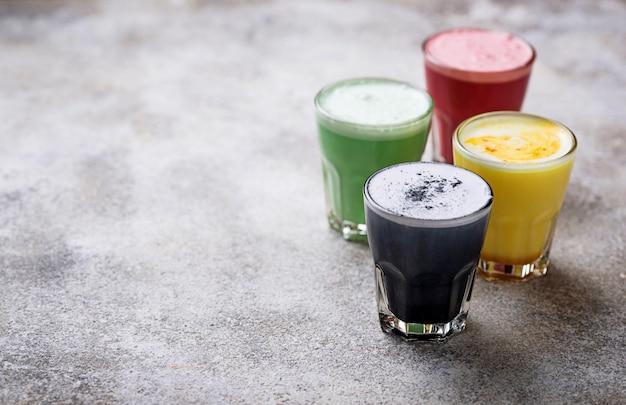 Super lattes mit holzkohle, rote beete, matcha und kurkuma