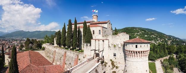 Super panorama des architektonischen komplexes der mittelalterlichen burg in brescia