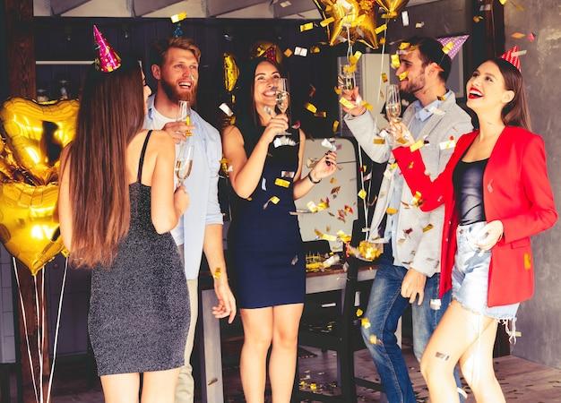 Super party mit besten freunden. eine gesellschaft sehr positiver freunde hat spaß auf einer party