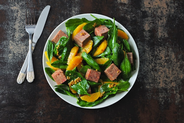 Super salat mit spinat, orange und lachs. gesunder bunter fitnesssalat. keto rezept idee.