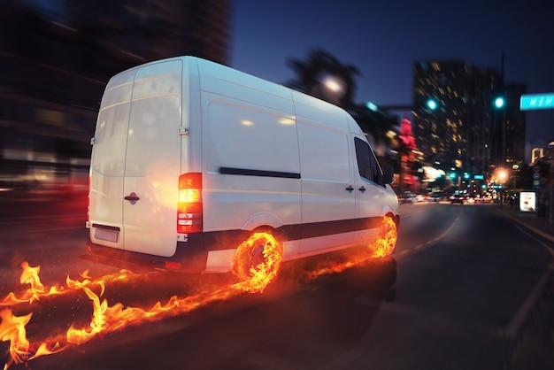 Super schnelle lieferung von paketdienst mit van mit brennenden rädern