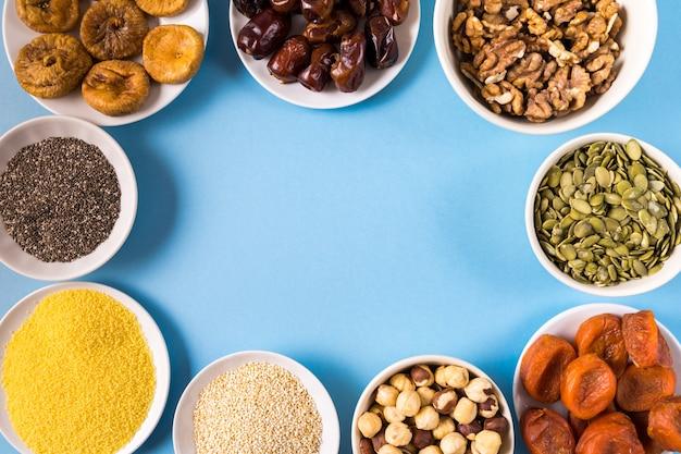 Superfoods in schüsseln auf blauem hintergrund.