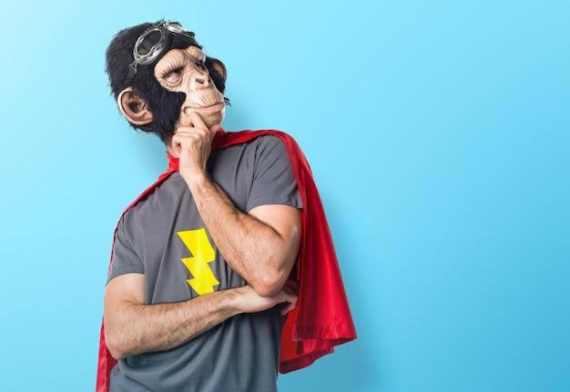 Superheld affe mann denken auf bunten hintergrund