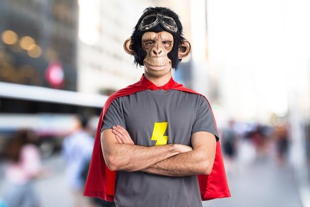 Superheld affen mann auf unfocused hintergrund