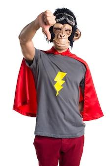 Superheld-affen-mann, der schlechtes signal macht