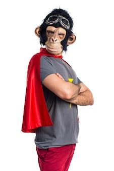 Superheld-affen mann mit gekreuzten armen