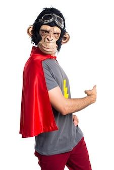 Superheld-affen mann zeigt zurück