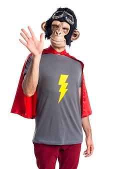 Superheld-affenmann begrüssen