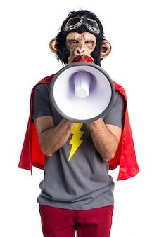 Superheld-affenmann, der durch megaphon schreit