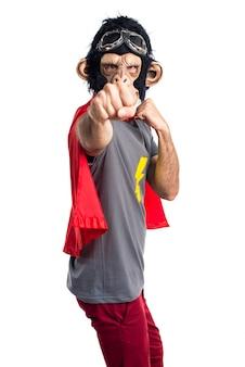 Superheld-affenmann, der einen schlag gibt