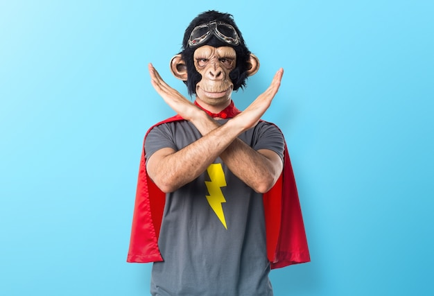 Superheld-affenmann, der keine geste auf buntem hintergrund tut