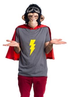 Superheld-affenmann macht unwichtige geste
