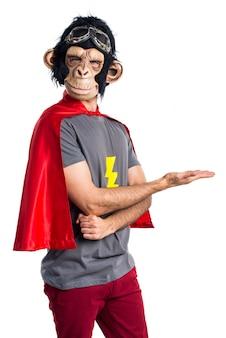 Superheld-affenmann präsentiert etwas