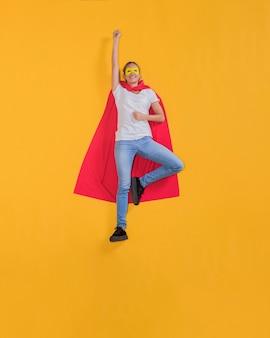 Superheld, der durch den himmel fliegt