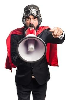 Superheld geschäftsmann schreit durch megaphon