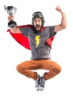 Superheld hält eine trophäe