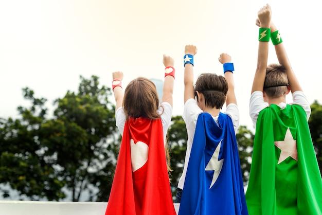 Superheld-jungen-mädchen-mutiges fantasie-konzept