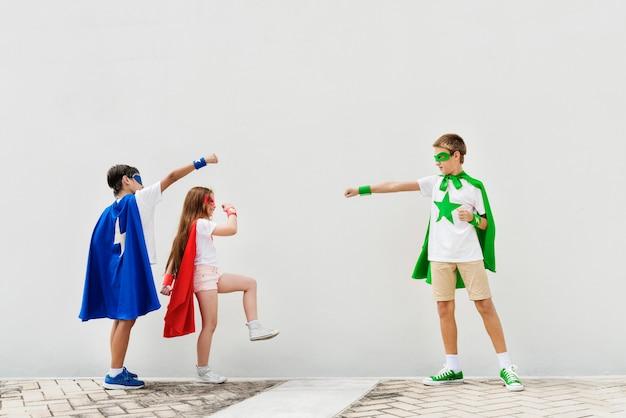 Superheld-jungen-mädchen-tapferes fantasie-konzept