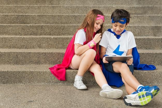 Superheld-jungen-mädchen-tapferes fantasie-kostüm-konzept