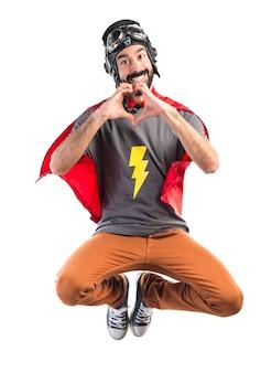 Superheld macht ein herz mit den händen