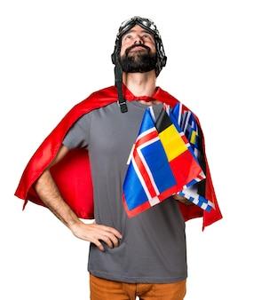 Superheld mit vielen fahnen aufblicken