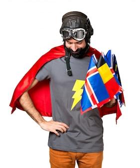 Superheld mit vielen fahnen, die nach unten schauen