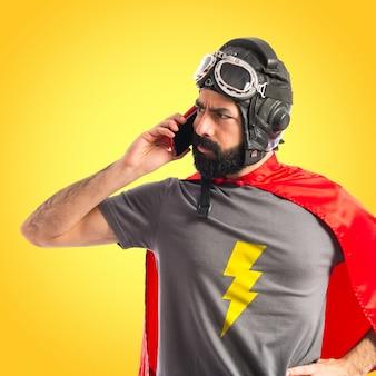 Superheld spricht mit mobilen auf buntem hintergrund