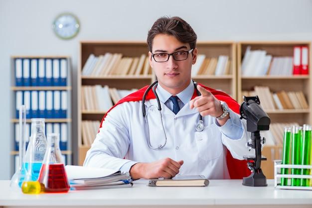 Superhelddoktor, der im krankenhauslabor arbeitet