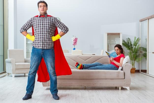 Superheldehemann, der zu hause seiner frau hilft