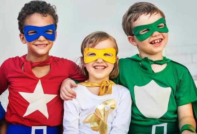 Superhelden-kinderfreunde, die zusammengehörigkeits-konzept spielen