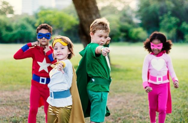 Superhelden-nette kinder, die bestimmtheits-konzept ausdrücken