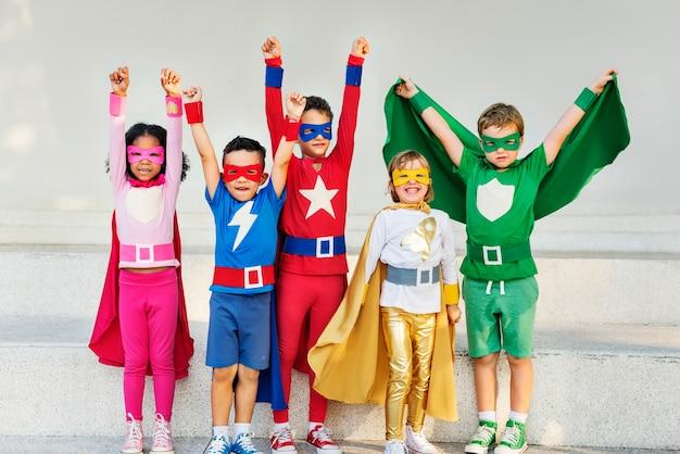 Superhelden scherzt die freunde, die zusammengehörigkeits-spaß-konzept spielen