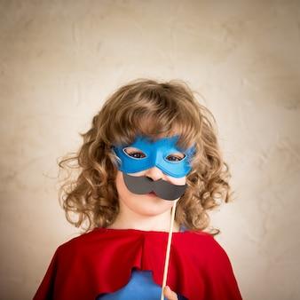 Superheldenkind mit falschem hipster-schnurrbart