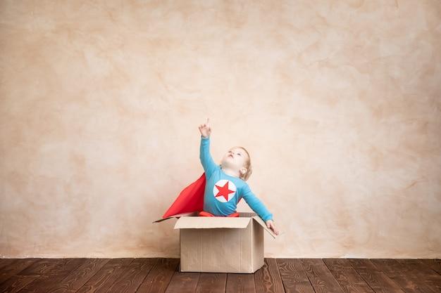 Superheldenkind. superheldenkind, das zu hause spielt denken sie über den tellerrand hinaus