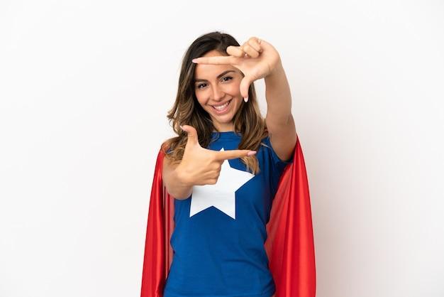 Superheldfrau über lokalisiertem weißem hintergrund, der gesicht fokussiert. rahmensymbol