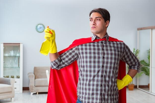 Superheldreiniger, der zu hause arbeitet