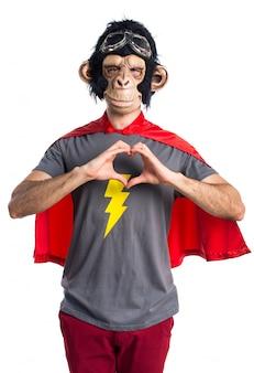 Superhero affe mann macht ein herz mit den händen