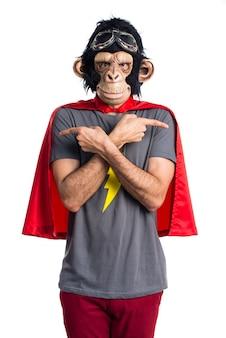 Superhero affen mann zeigt auf die seiten mit zweifeln