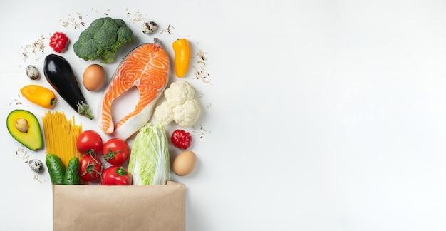 Supermarkt. papiertüte voll gesundes essen.