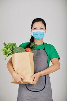 Supermarktarbeiter mit papierverpackung