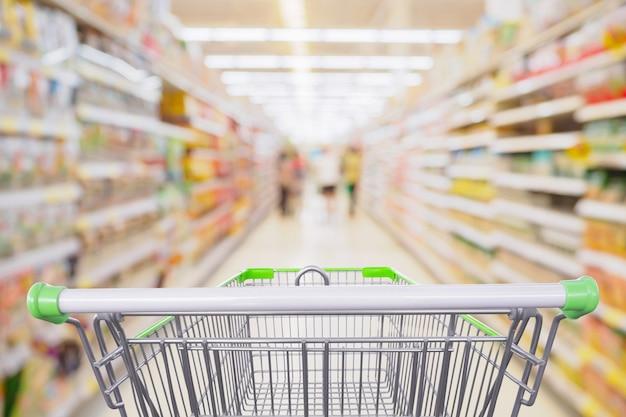 Supermarktgang mit leerem einkaufswagen am einzelhandelsgeschäftskonzept des lebensmittelgeschäfts