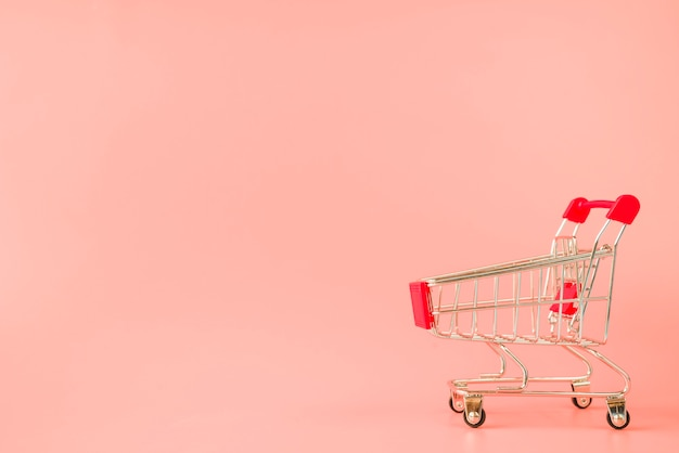 Supermarktwagen mit rotem griff