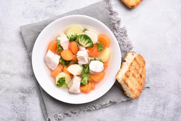 Suppe aus gemüse und hähnchenbrust